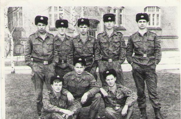 Фехтование на утюгах и битва за лопату: истории омичей о службе в армии
