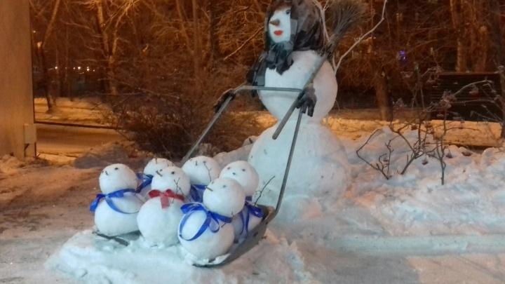 Подборка чудных снеговиков, которых смастерили тюменцы: от многодетной снегурки до ледяного медведя