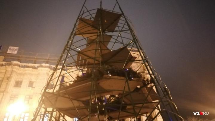 Новый год закончился: в Волгограде разбирают елку у Главпочтамта