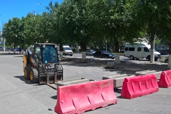 Накануне рабочие забрали все клумбы с тротуара в центре города