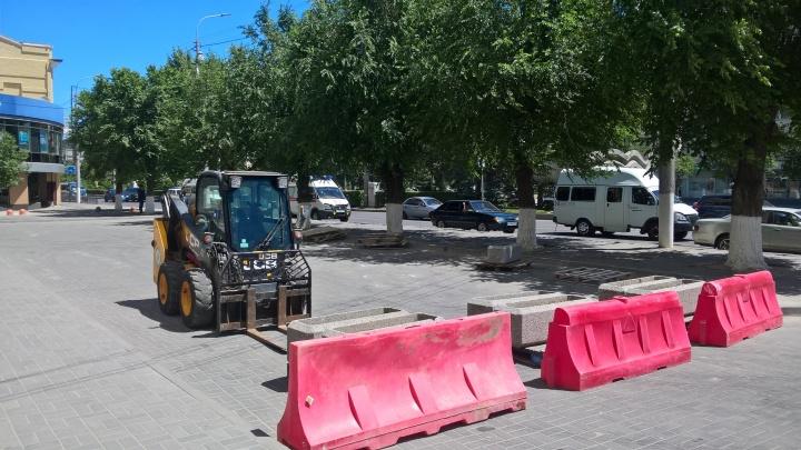 «А горожане им вообще нужны?»: с тротуара в центре Волгограда забрали кладбище серых клумб