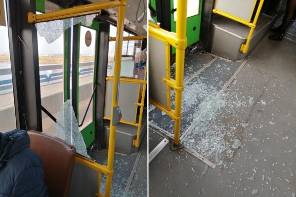Рядом с разбившимся стеклом сидел пассажир