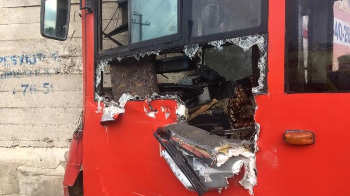 В Перми полиция задержала водителя автобуса № 53, врезавшегося в бетонную стену