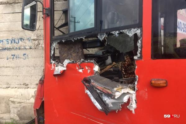 Водитель НЕФАЗа получил серьезные травмы. Чтобы его достать, пришлось разрезать кабину автобуса