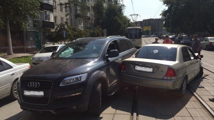 Авария на Серебренниковской перекрыла проезд трамваям № 13