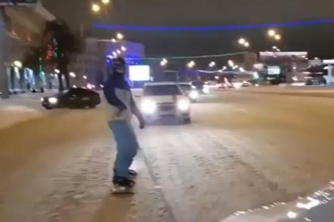 Сноубордист прокатился по заснеженным улицам Уфы и снял экстрим на видео