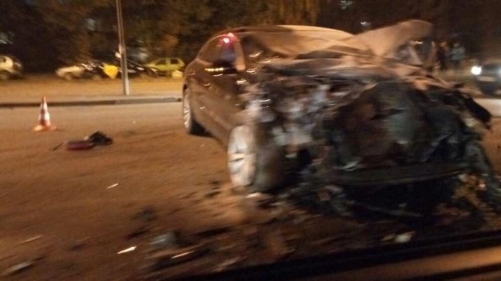 На Таватуйской столкнулись три иномарки, пострадала молодая пара