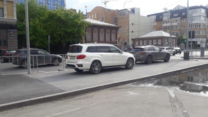«Я паркуюсь, как...»: автохамы оккупировали территорию около Тюменской думы, правительства и полиции
