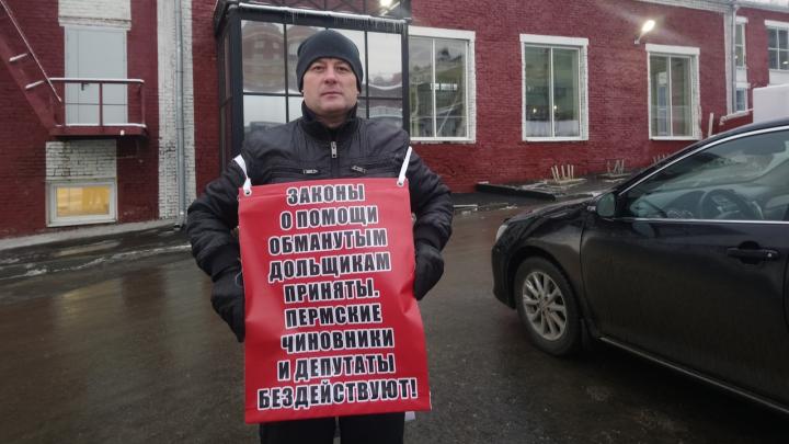 Дольщик устроил пикет перед заводом Шпагина, где проходит заседание с вице-премьером Виталием Мутко