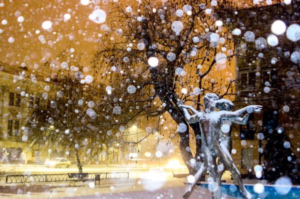 Снег смотрится, как белые накидки на плечах влюбленных