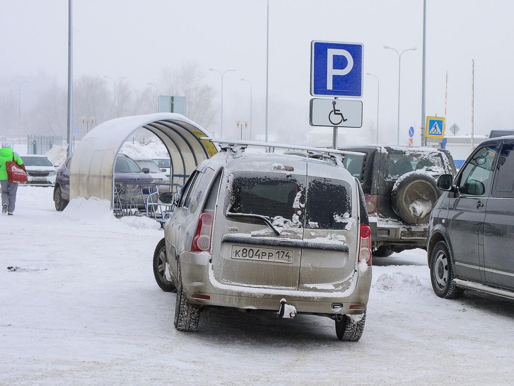 При отсутствии знака «Инвалид» автомобиль могут эвакуировать, даже если у водителя есть справка об инвалидности. Расстояние от знака до автомобиля должно быть не менее 1,8 метра