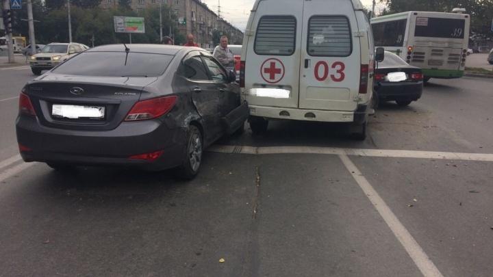 Скорая попала в тройное ДТП на проспекте Дзержинского: пострадал ребёнок