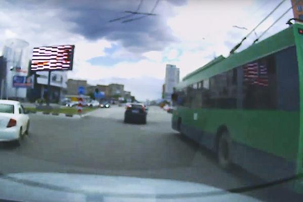 Через мгновение произойдет ДТП с троллейбусом