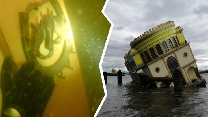 «Уже видна ржавчина»: как выглядит под водой затонувший в Ярославле ресторан-дебаркадер