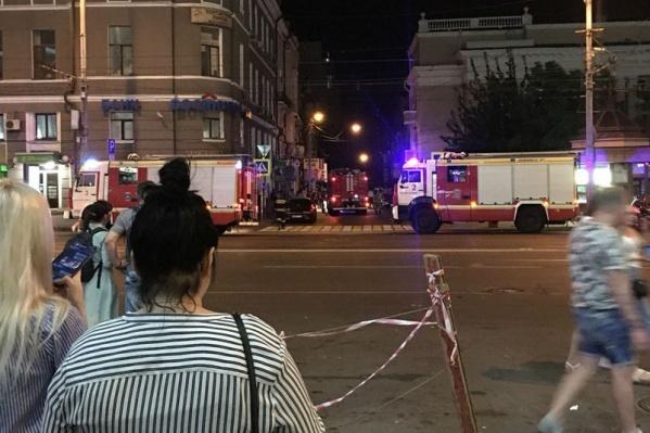 На место происшествия сразу прибыли спасатели
