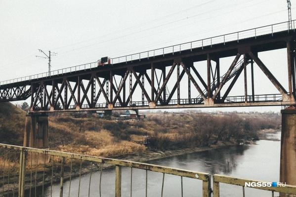 Старому мосту через Омь, построенному ещё в 1955 году, осталось служить три года