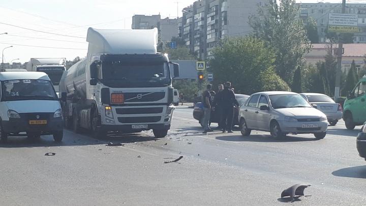 «Уходила от столкновения»: в Волгограде «десятка» врезалась в цементовоз — видео