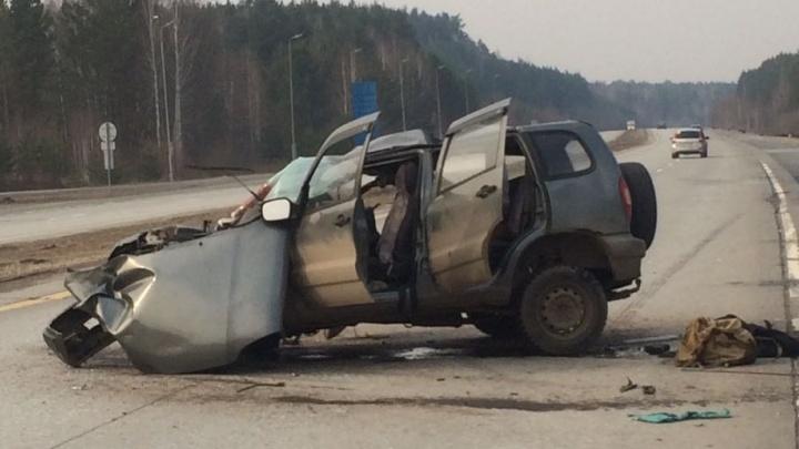 Под Екатеринбургом водитель Chevrolet Niva уснул за рулём и протаранил 4 грузовика
