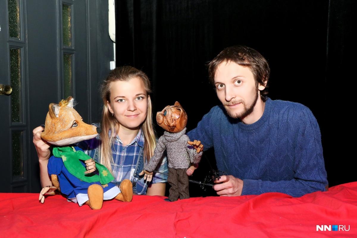 Евгения и Сергей Маврины с куклами на запястье