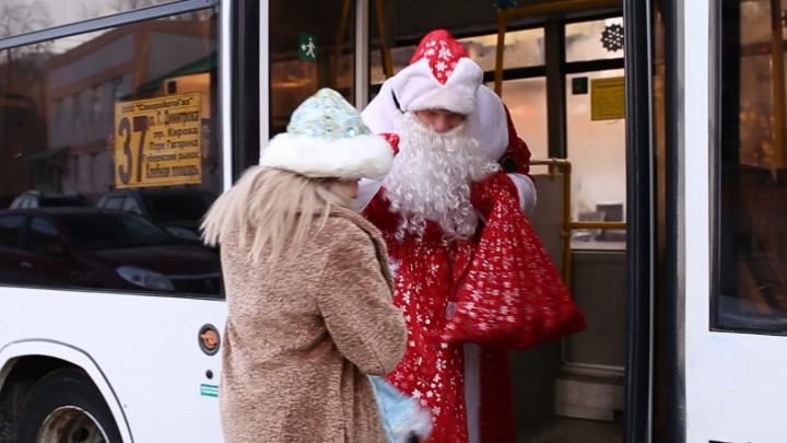 «Возьмите билет и мандарин»: в Самаре запустили новогодние автобусы