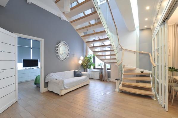 В квартире есть широкая лестница