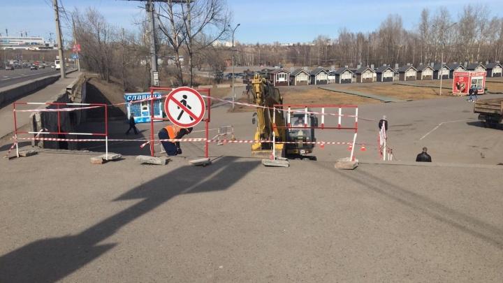 На спуске с Октябрьского моста на остров Татышев начали строить пандус