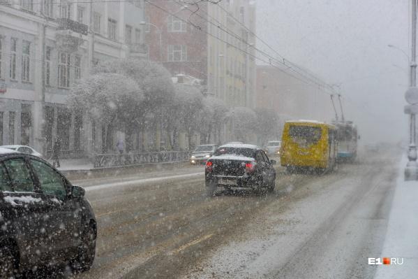 В снегопад надо быть особенно внимательными за рулем