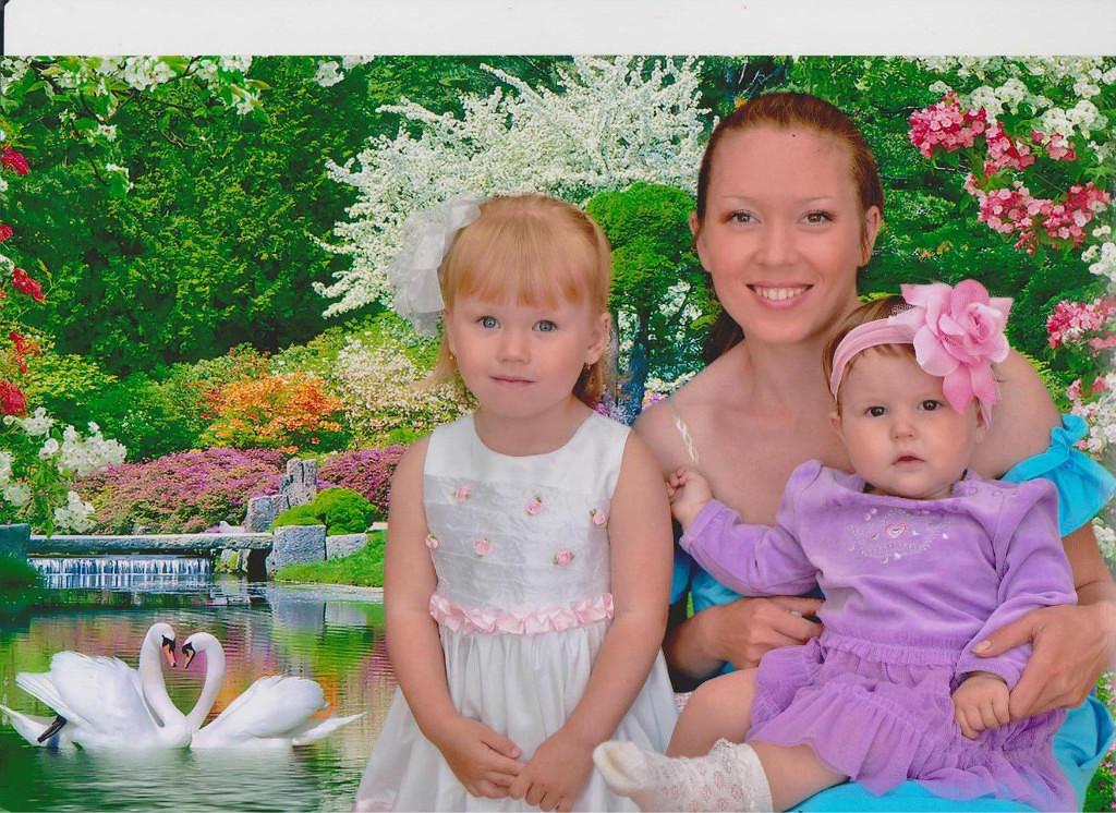 Аниса с дочками Софьей и Аней
