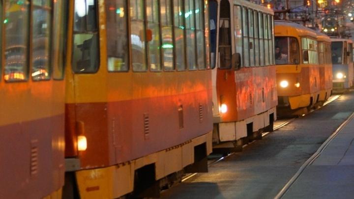 На проспекте Ленина из-за столкновения двух легковушек встали трамваи
