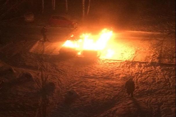 Поджигатель, спаливший ночью две машины в Ленинском районе, попал на видео