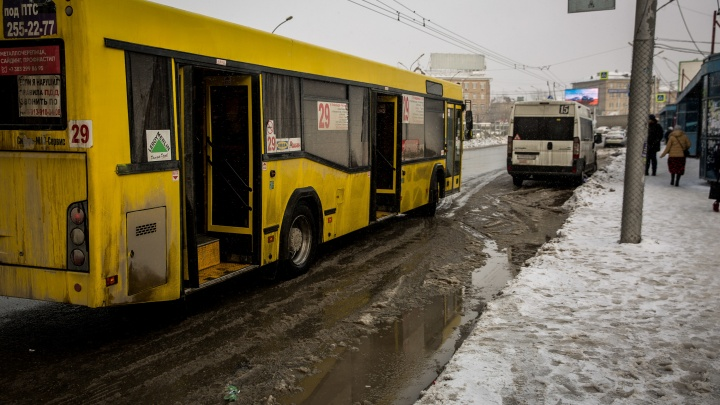 «Каждую зиму одно и то же»: читатели НГС — о кондукторах, высаживающих школьников без справок на мороз