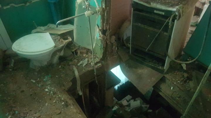 «Говорят, что жить можно»: волгоградские чиновники не видят проблем в доме с рухнувшими потолками