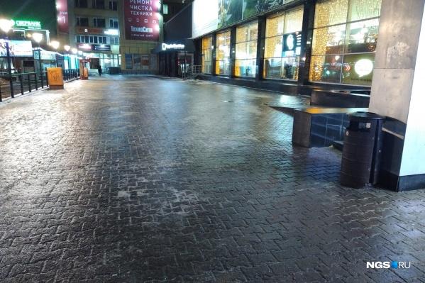 Заледеневшие тротуары добавили неудобств пешеходам