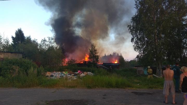 «Очень большое пламя, трещит шифер»: на Левом берегу сгорели старые постройки
