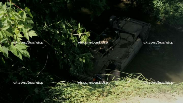 Пьяный за рулем: в центре Уфы Nexia упала в яму и перевернулась