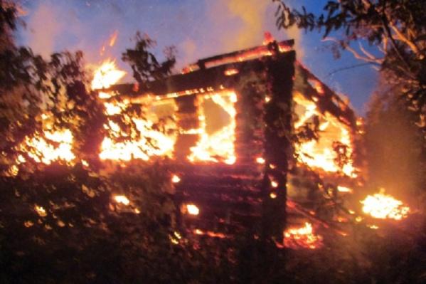 Огонь может быстро перекинуться на жилые дома