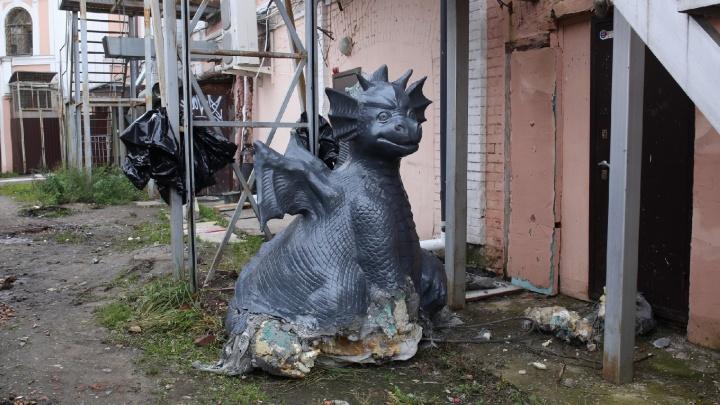 Не выдержав нападок, владельцы дракона с улицы Кирова уволокли его на задворки