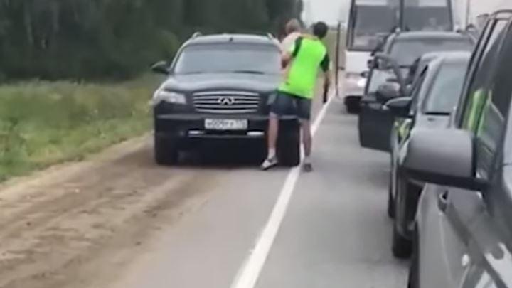 Мужчина, которого пытался задавить на обочине водитель Infiniti, подал на него заявление в полицию