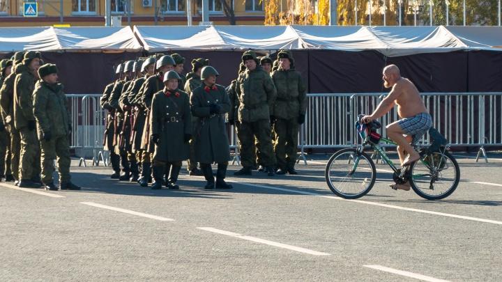 Самарский морж «украсил» голым торсом репетицию парада Памяти на площади Куйбышева