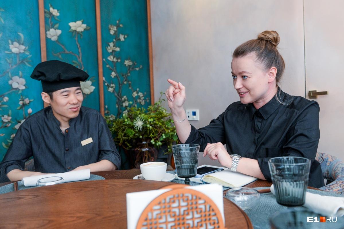 С переводом с очень-очень плохого русского на хороший русский помогает управляющий рестораном Анастасия