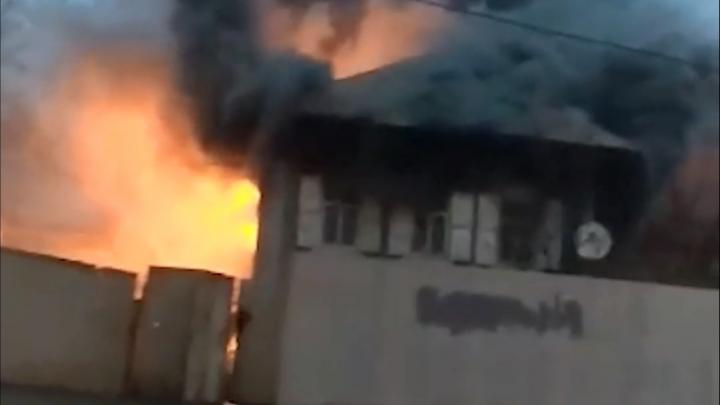 В Зеленой роще в Уфе загорелся деревянный дом — пожар попал на видео