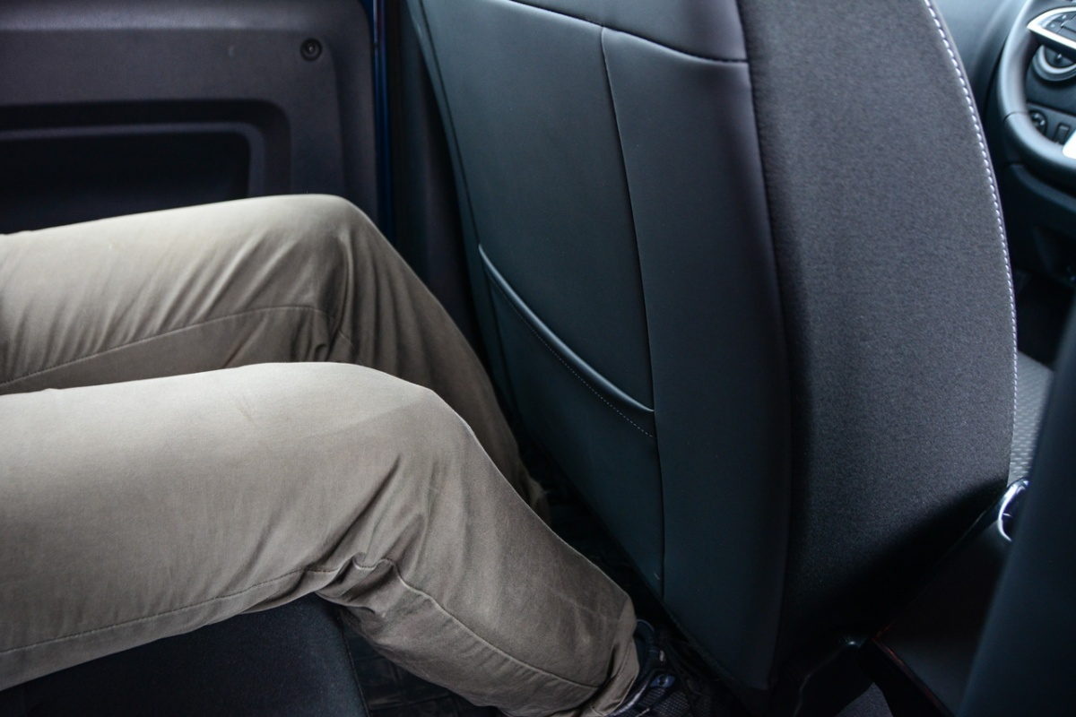 Посадка на втором ряду вертикальная и не слишком расслабленная, но места для коленей и стоп достаточно