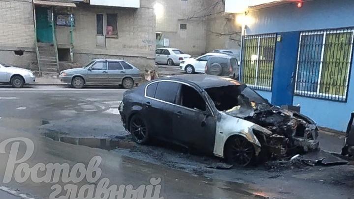 В Ростове сгорела «Инфинити». Видео появилось в Сети