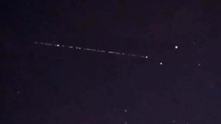 «Как будто светящийся поезд»: фотограф снял рой спутников Starlink над Свердловской областью
