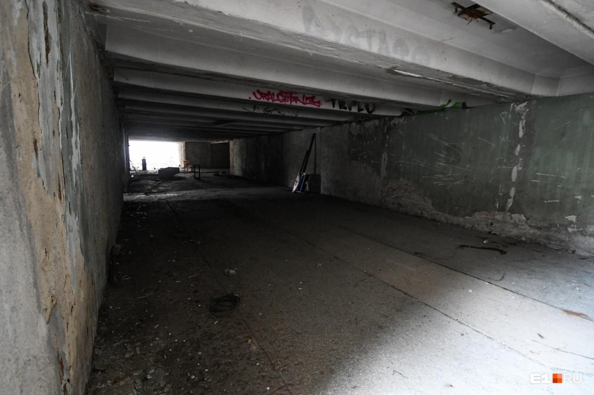 «В Екатеринбурге появится кусочек Европы»: фоторепортаж с Эльмаша, где крушат подземный переход