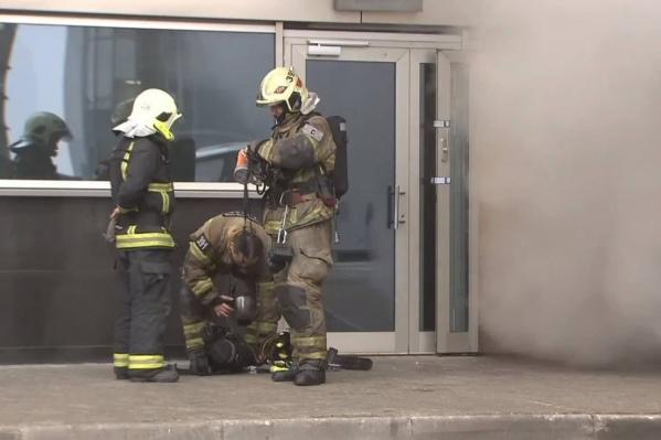 Пожарные устраняют возгорания в условиях сильного задымления