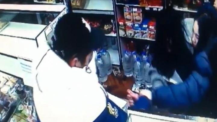 В Екатеринбурге пьяная девушка, пытаясь ограбить ларёк, подралась с продавцом