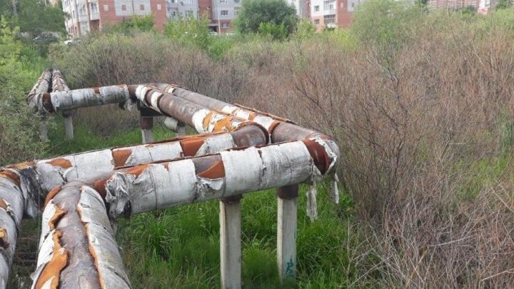 Красноярские энергетики для ремонта теплотрассы проложили путь через болото