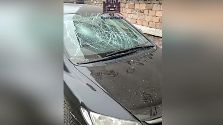 Хулиганы устроили забег по крышам машин на Никитина и разбили лобовое стекло