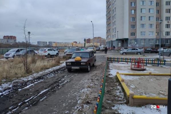 Водитель «жигулей» припарковался у детской площадки. Судя по всему, ему удалось объехать искусственное препятствие, но местные жители решили собственноручно его проучить (Зелинского, 17, корпус 3)